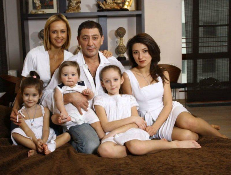 Григорий с Женой Анной, тремя дочерьми и сыном