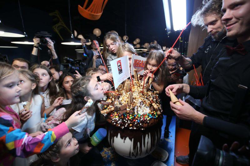 """Самый большой милк-шейк коктейль в России был создан на открытии ресторана """"У дяди Макса"""""""