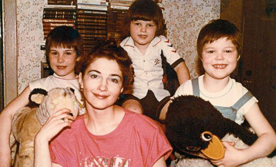 Маленький Данила с мамой и братьями