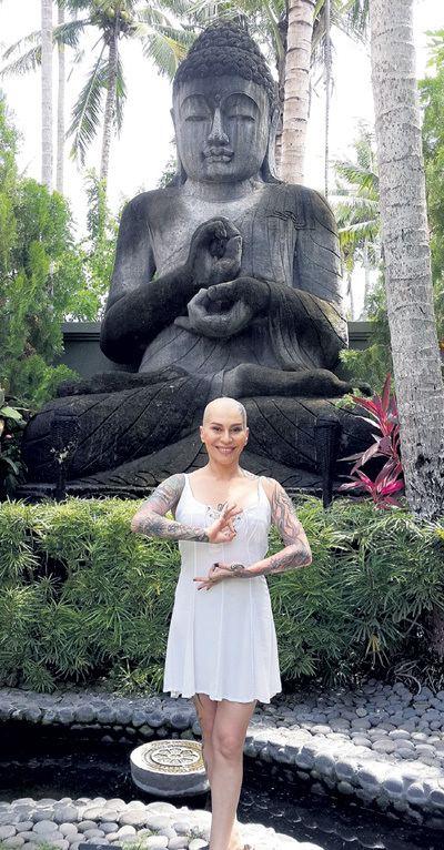 Наргиз у статуи Будды еа вилле Фадеева
