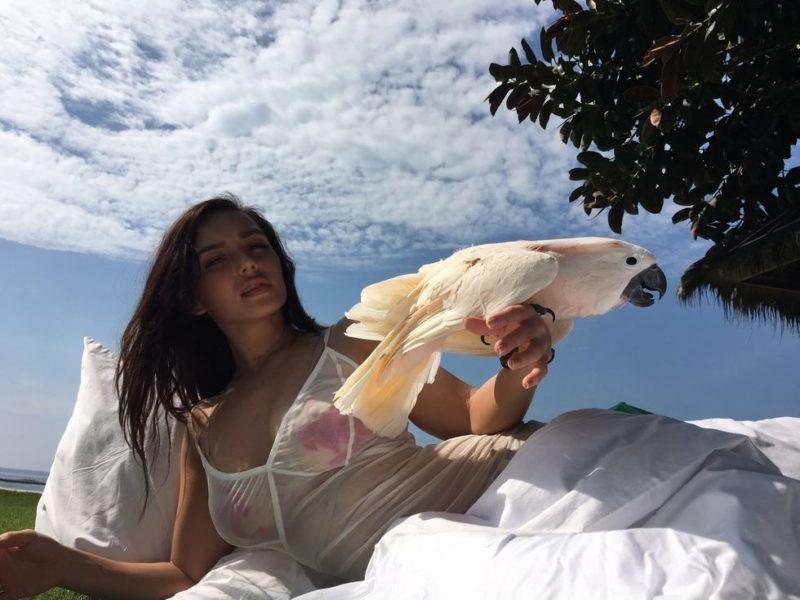 Ольга Серябкина отдыхает у Максима Фадеева на Бали в компании милого Какаду