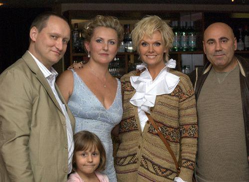 Наталья Зотова с новым мужем и дочерью, сестрой Валерией и Иосифом Пригожиным
